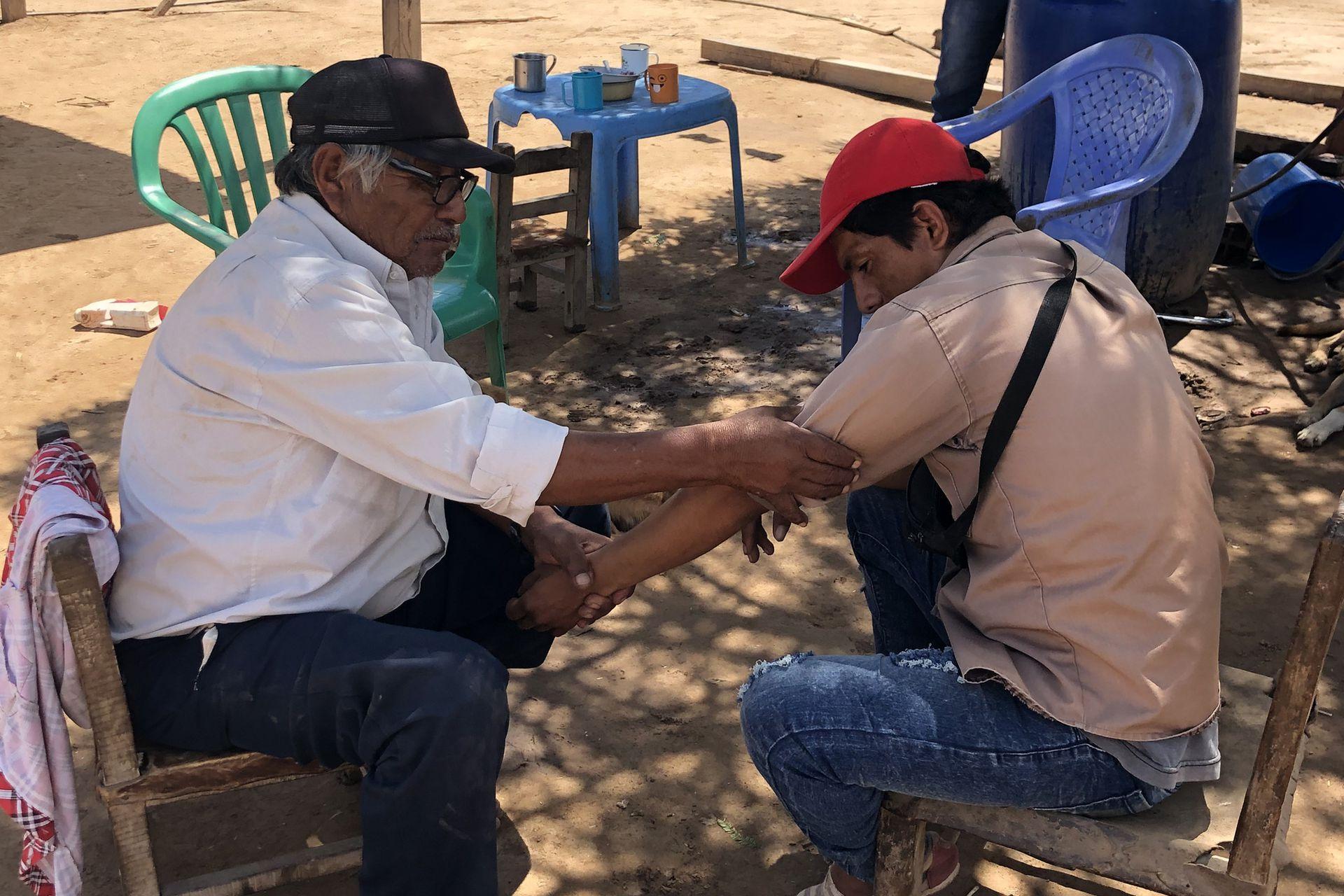 Silas Belizani es el abuelo de Paulo y también cacique de la comunidad. Durante nuestra visita, una persona se acercó para que lo atendiera porque se había torcido el brazo jugando al fútbol