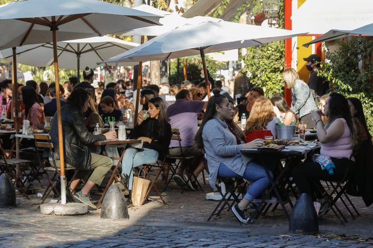 Los bares podrán abrir hasta las 23, pero solo estarán habilitados a atender en mesas al aire libre