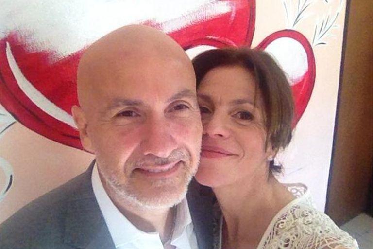 Marcela y su flamante marido, tras firmar el acta de matrimonio