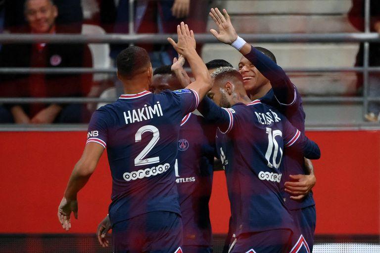 El delantero francés del Paris Saint-Germain, Kylian Mbappé (R), celebra marcando el segundo gol de su equipo con su compañero, el defensor marroquí Achraf Hakimi (L) y el delantero brasileño Neymar (2R) durante el partido de fútbol francés L1 entre el Stade de Reims y el Paris Saint-Germain (PSG). ) en el Stade Auguste Delaune en Reims, norte de Francia, el 29 de agosto de 2021.