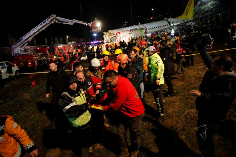 Según el gobernador de Estambul, fueron trasladados 52 heridos del aeropuerto a los hospitales de la zona