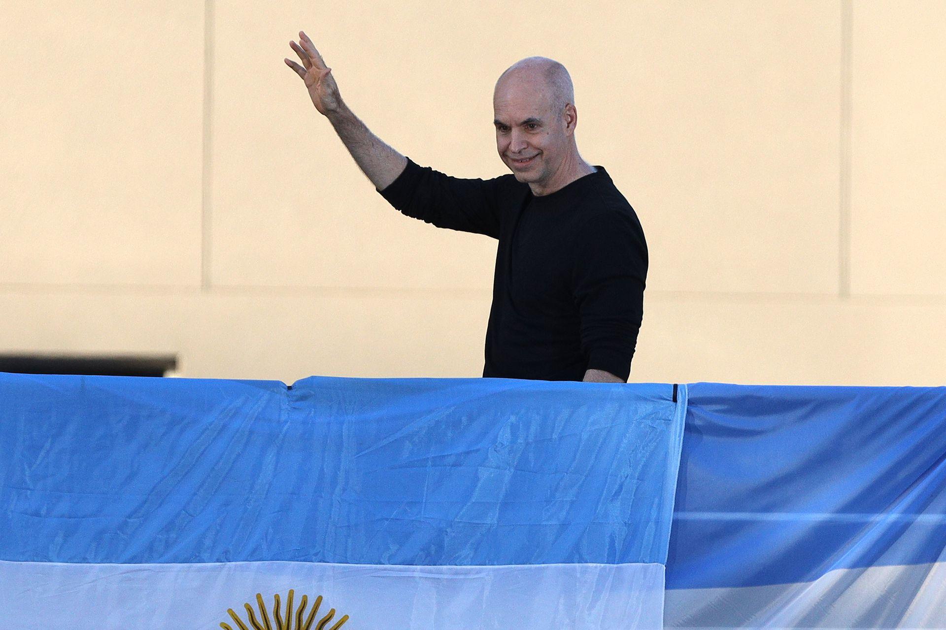 Horacio Rodríguez Larreta saluda desde el palco