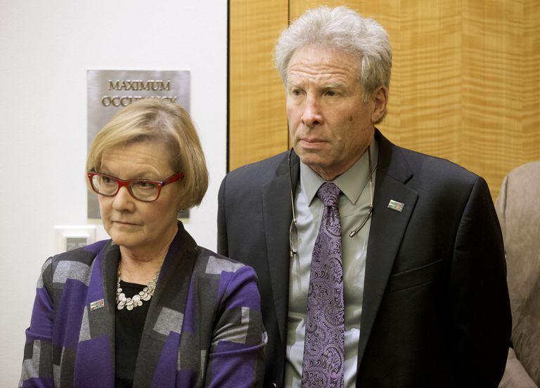 Foto tomada el 29 de enero del 2016 de Andy Parker y su esposa Barbara  en Richmond, Virginia. Son los padres de Alison Parker, una periodista que fue asesinada en Virginia. (Foto AP/Steve Helber)