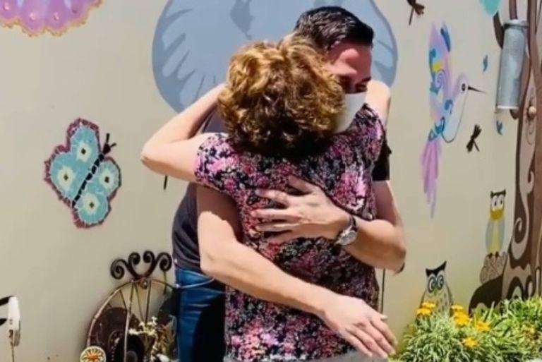 Emocionante abrazo: Rodolfo Barili se reencontró con su madre después de 9 meses