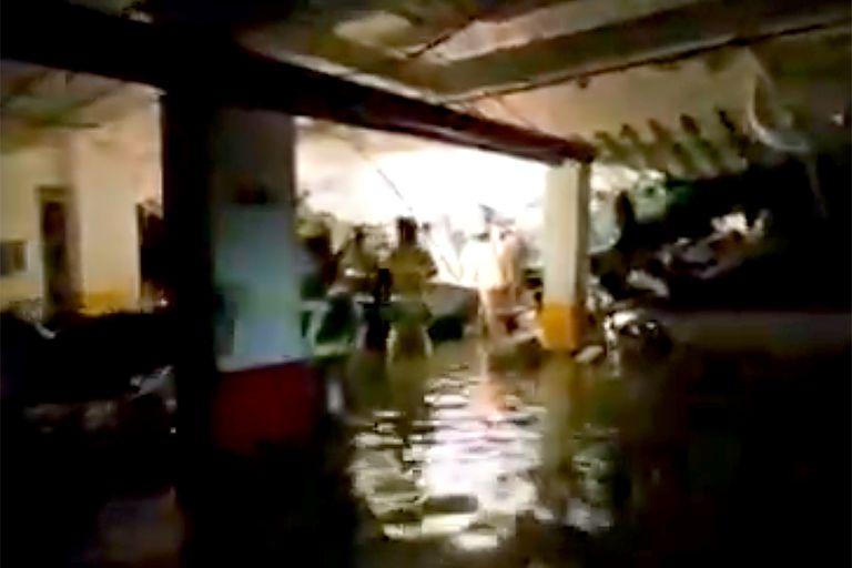Los bomberos y rescatistas trabajan en el sótano inundado del edificio de Miami-Dade