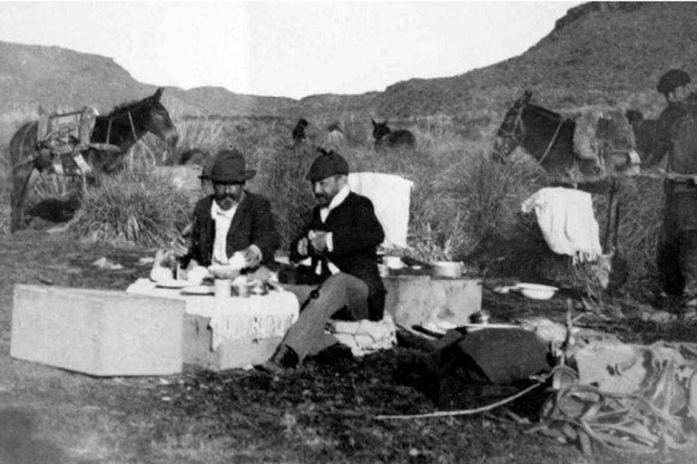 Expedición en la Patagonia: se cree que los dos protagonistas serían Florentino y Carlos Ameghino durante un trabajo de campo