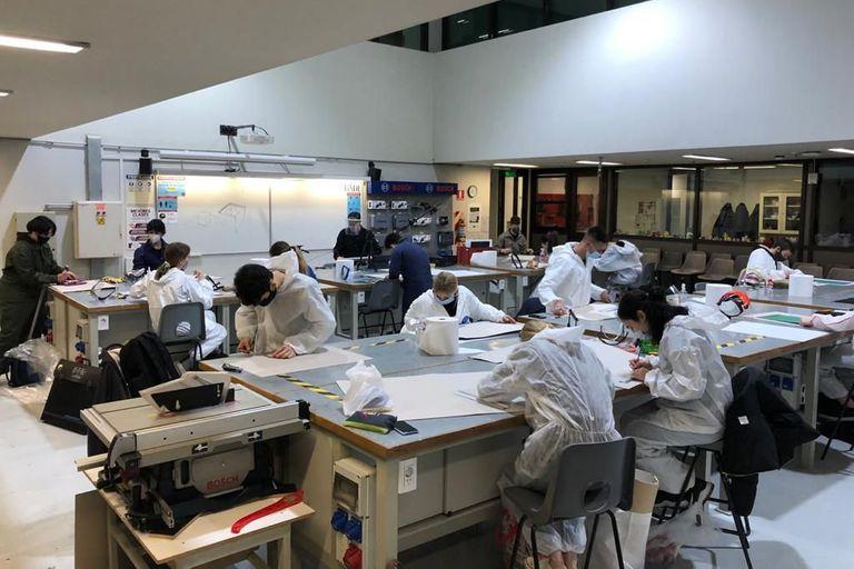Los alumnos de la licenciatura en Diseño Industrial de la UADE asisten de modo presencial a algunas materias prácticas