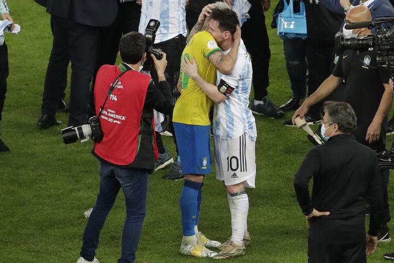 Amigos desde siempre; rivales, a veces: el abrazo de Neymar y Messi tras la victoria argentina