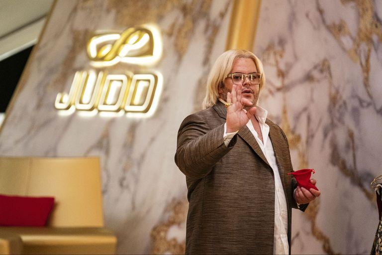 """Josh Gad piensa su Herman Judd, el """"visionario"""" emprendedor dueño del Avenue 5 (y pasajero de su fatídico viaje inicial) como un compuesto de todos aquellos """"grandes vendedores de productos que no existen"""", como Elizabeth Holmes o Richard Branson, de quien tomó prestado el pelo"""