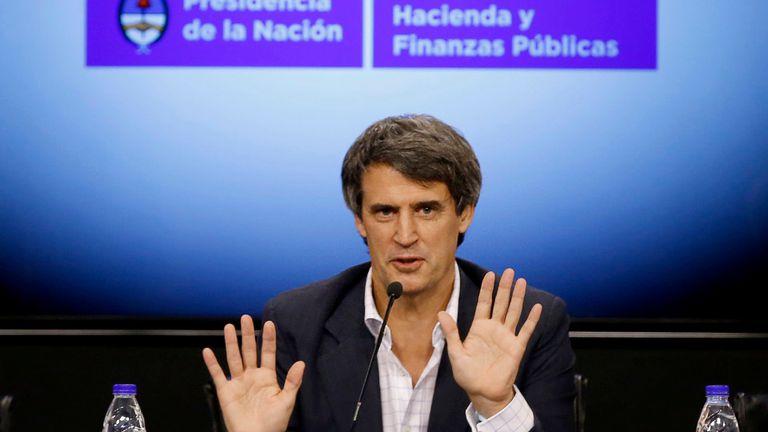 Alfonso Prat-Gay, al responder preguntas de la prensa ayer, en el Palacio de Hacienda