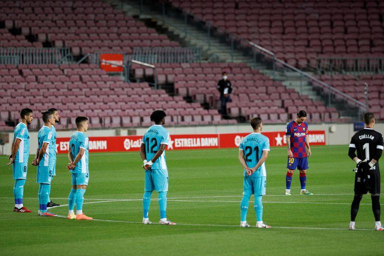 Messi y siete jugadores de Leganés entran en la imagen, previa al comienzo del partido