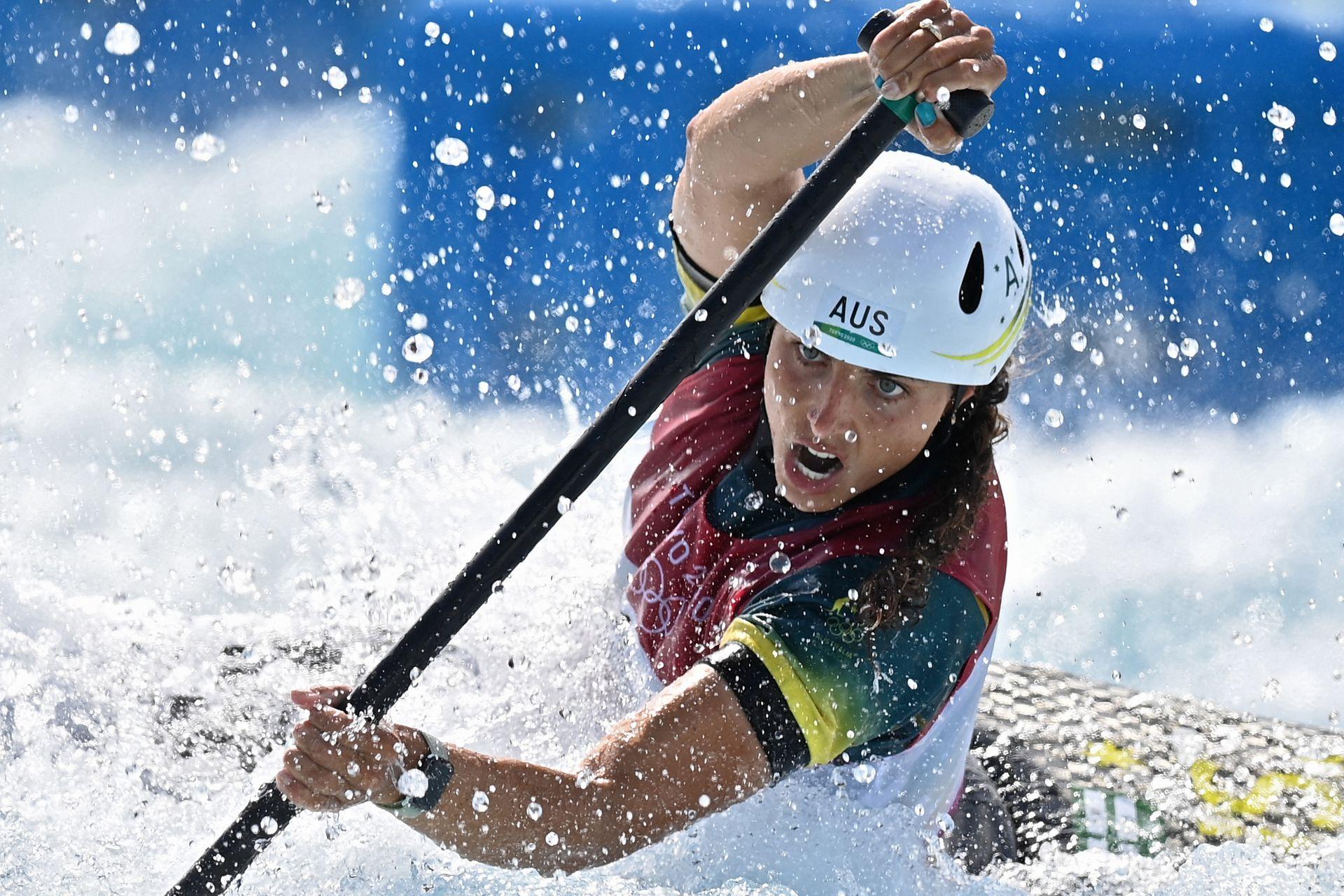 La australiana Jessica Fox compite en la semifinal femenina de canoa durante los Juegos Olímpicos de Tokio 2020 en el Kasai Canoe Slalom Center en Tokio el 29 de julio de 2021.
