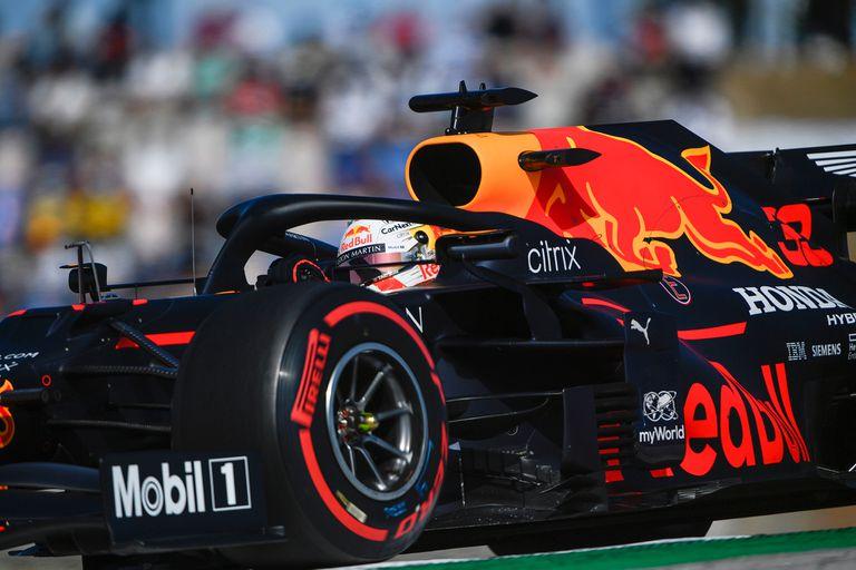 El Red Bull Max Verstappen está cada vez más cerca de los Mercedes en rendimiento, pero no lo suficiente como para disputarles el favoritismo en las carreras; el neerlandés parte detrás de Hamilton y Valtteri Bottas.