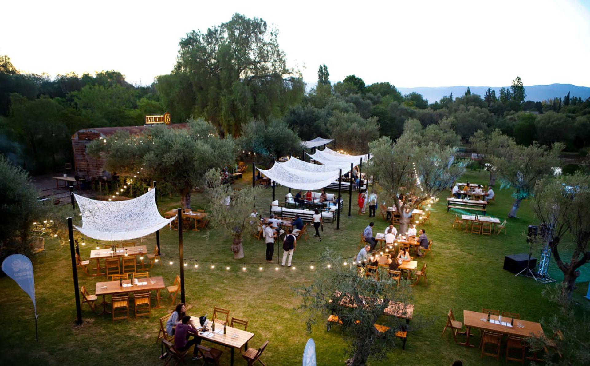 Gazebos y sillones en el parque de Bodega Trapiche, donde funciona el wine bar Estación 83