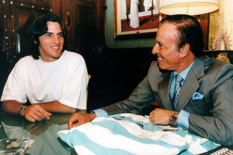 Octubre de 1999, antes de finalizar su segundo mandato, Menem recibió a la selección argentina de rugby, los Pumas; aquí, junto al medio scrum Agustín Pichot