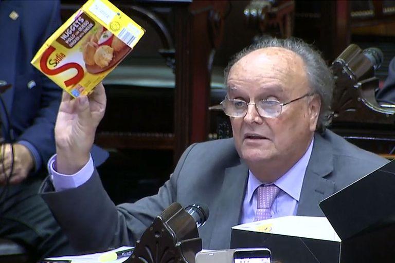 Un diputado llevó patitas de pollo al recinto para criticar el modelo económico