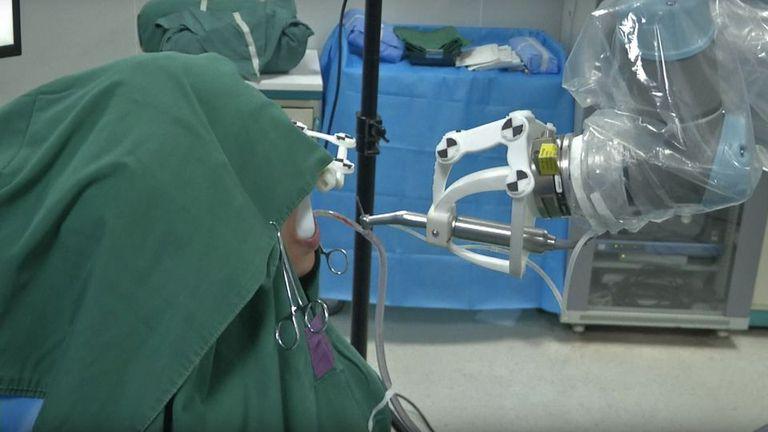 Un robot implantó dos dientes impresos en el momento a una paciente china