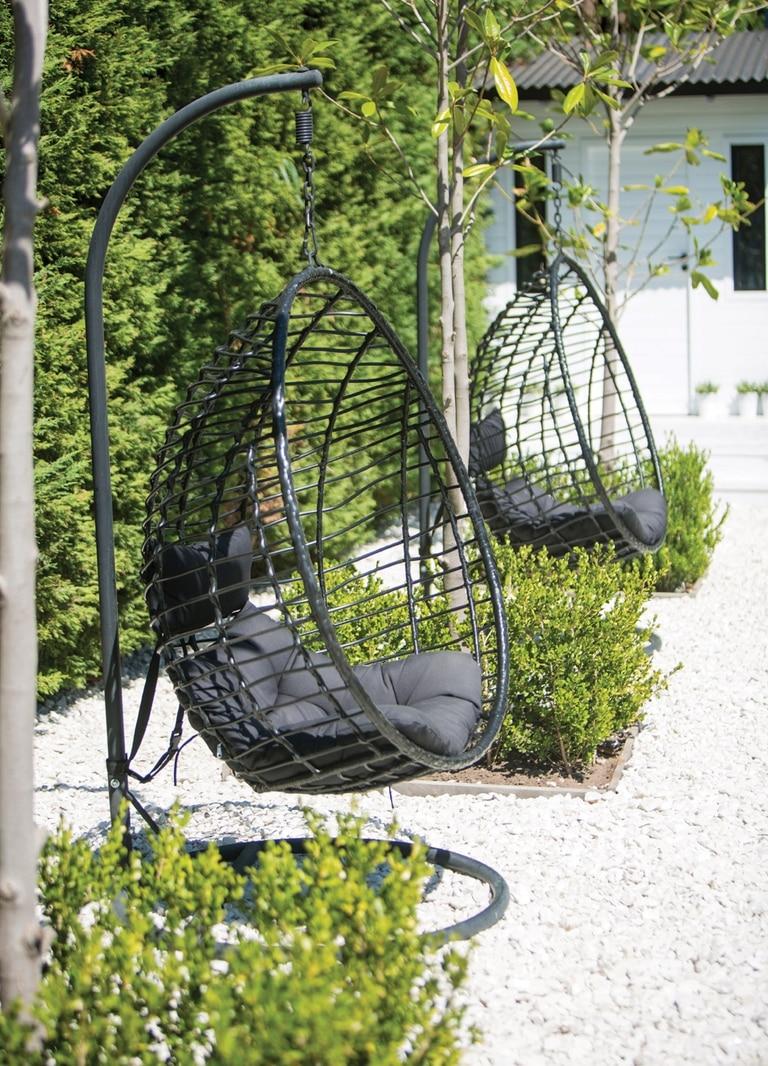 Un sector del jardín, donde dos egg-chairs de Tableware se vuelven protagonistas del momento de relax.