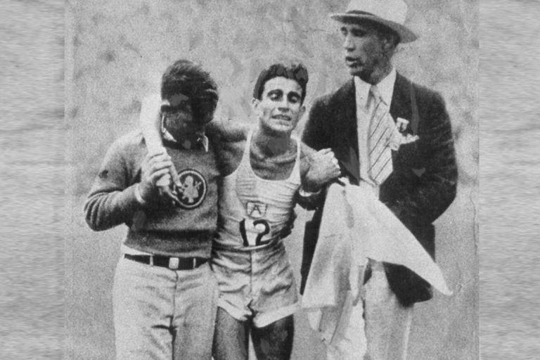Juan Carlos Zabala, agotado, tras ganar la maratón de Los Angeles en 1932