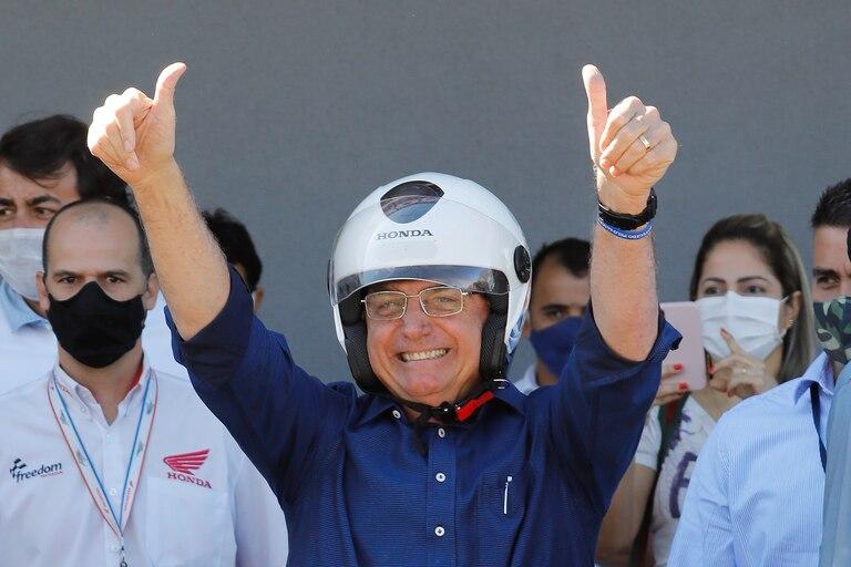 Bolsonaro se paseó por las calles de Brasilia en moto el mismo día que lo dieron de alta