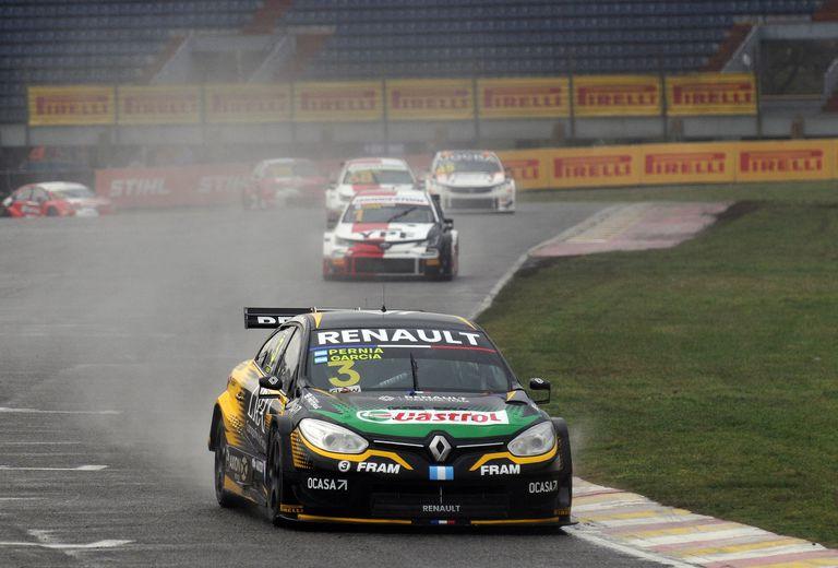 La lluvia complicó la prueba de clasificación de la clásica 200 Kilómetros de Buenos Aires, de Súper TC2000; en ese contexto, los que mejor se movieron fueron Leonel Pernía y Antonino García, con Renault.