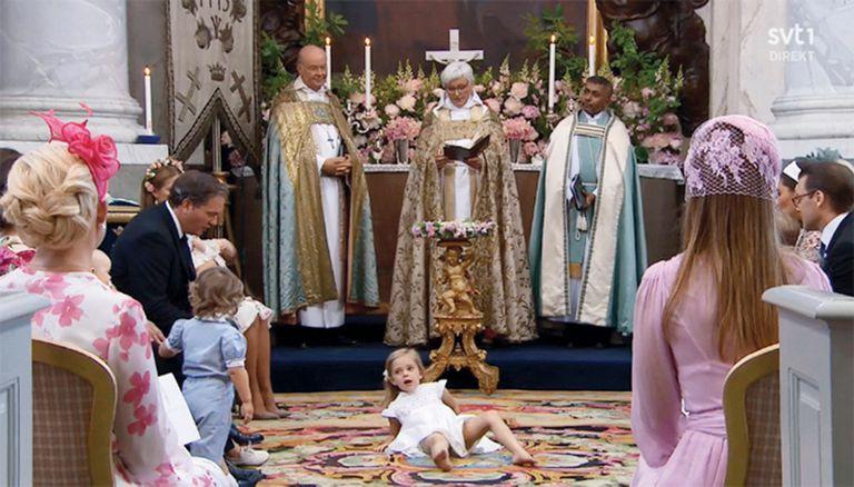 Durante la ceremonia de bautismo de su hermana Adrienne, la princesa Leonor de Suecia se sacó los zapatos frente al altar.