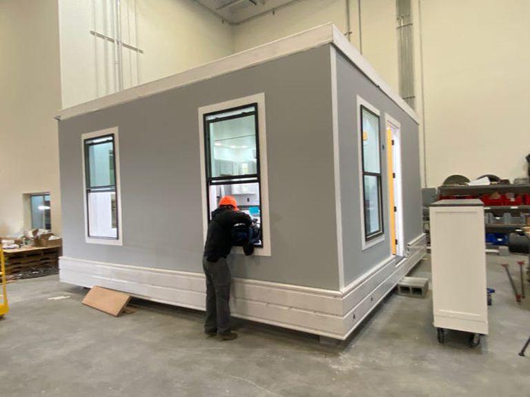 La construcción de cada casa tarda en promedio siete meses pero apenas toma una tarde en instalarla en su destino final