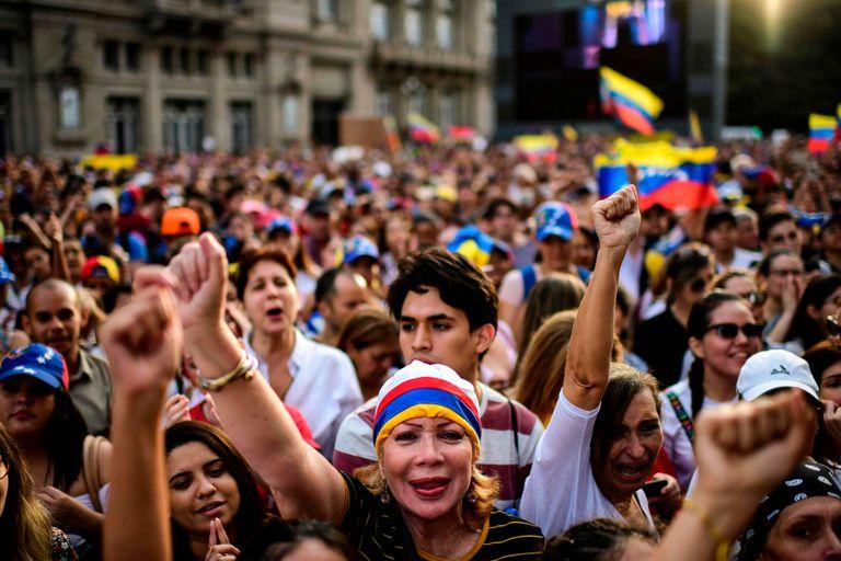Venezolanos manifestaron en la Plaza del Vaticano, al lado del Teatro Colon, para mostrar su apoyo a Juan Guaidó