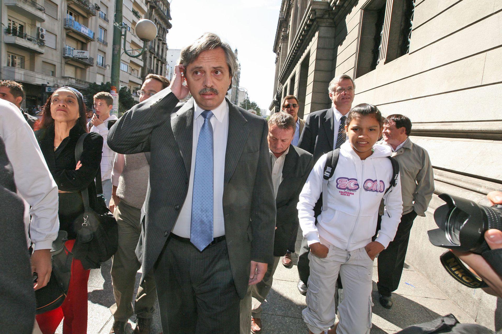 En la llegada al al velatorio del expresidente Raúl Alfonsín el 1 de abril de 2004