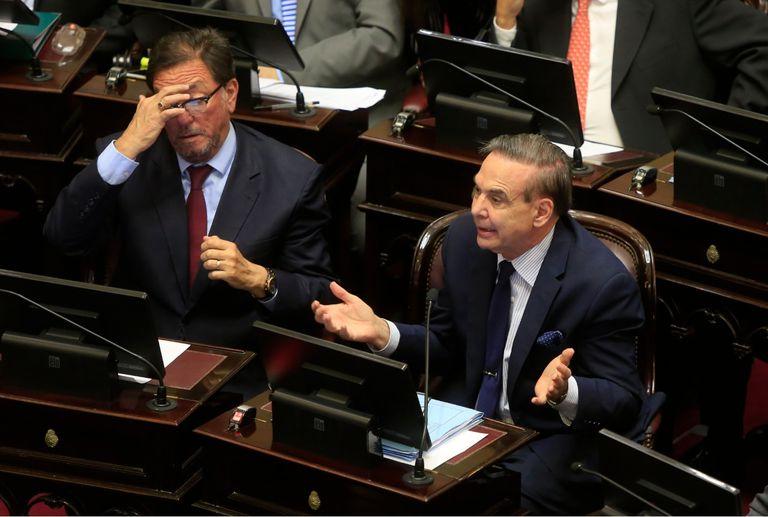 La oposición objeta la inversión de la carga de la prueba y dice que los decretos no deben abordar temas penales