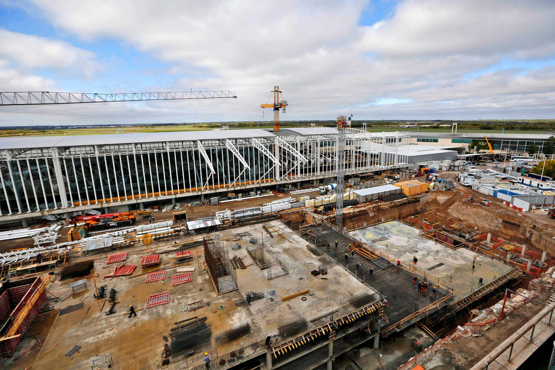 """El traslado de las operaciones será progresivo, pero cuando haya concluido, todas las partidas, tanto domésticas como internacionales, se concentrarán en la nueva terminal, bautizada """"Zeppelin"""" por su techo de forma ovalada"""
