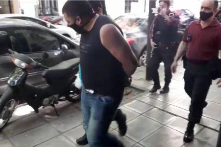 El periodista Baby Etchecopar fue víctima de un robo este jueves alrededor de las 14, a la salida de Radio Rivadavia, cuando fue embestido por dos motochorros que le quitaron pertenencias y lo lastimaron