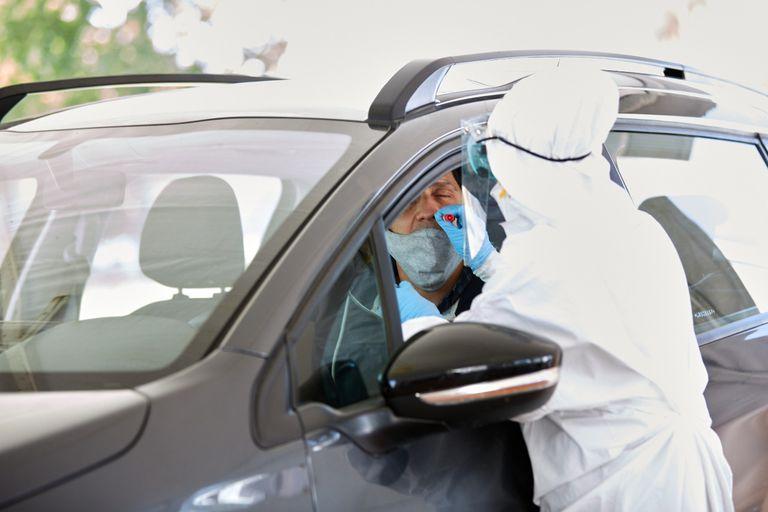 En la estación de testeos, los vehículos ingresan y los conductores y pasajeros deben bajar las ventanillas para la realización del hisopados.