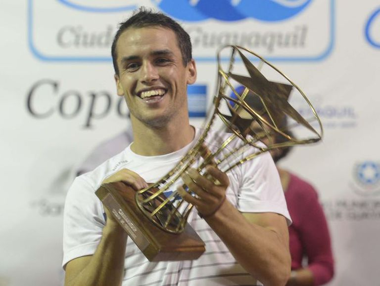 Nicolás Kicker con su título en Guayaquil