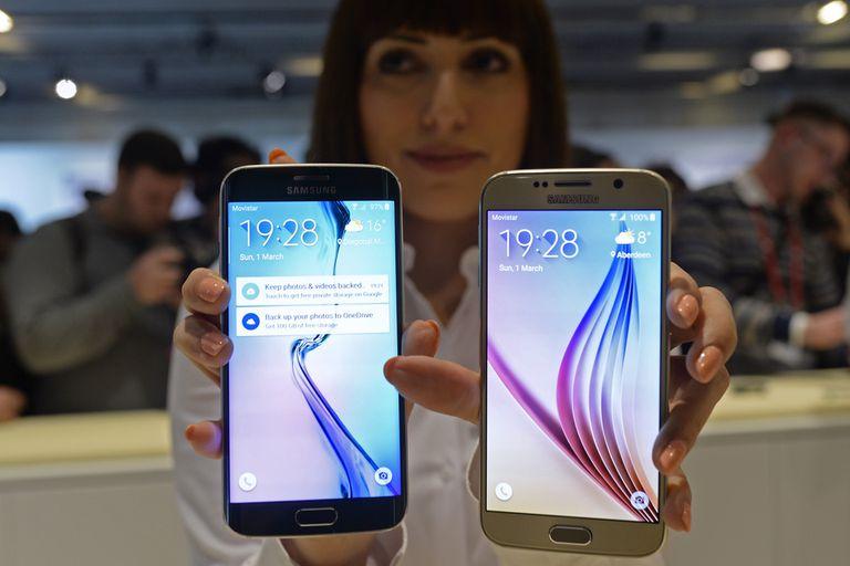 El Samsung Galaxy S6 Edge y Galaxy S6 durante la presentación de la compañía en la previa del Congreso Mundial de Móviles