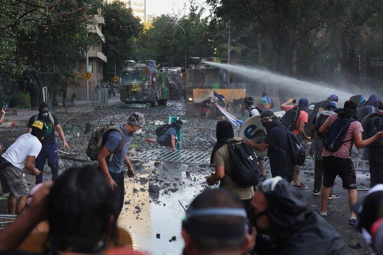 Represión con camiones hidrantes en Santiago