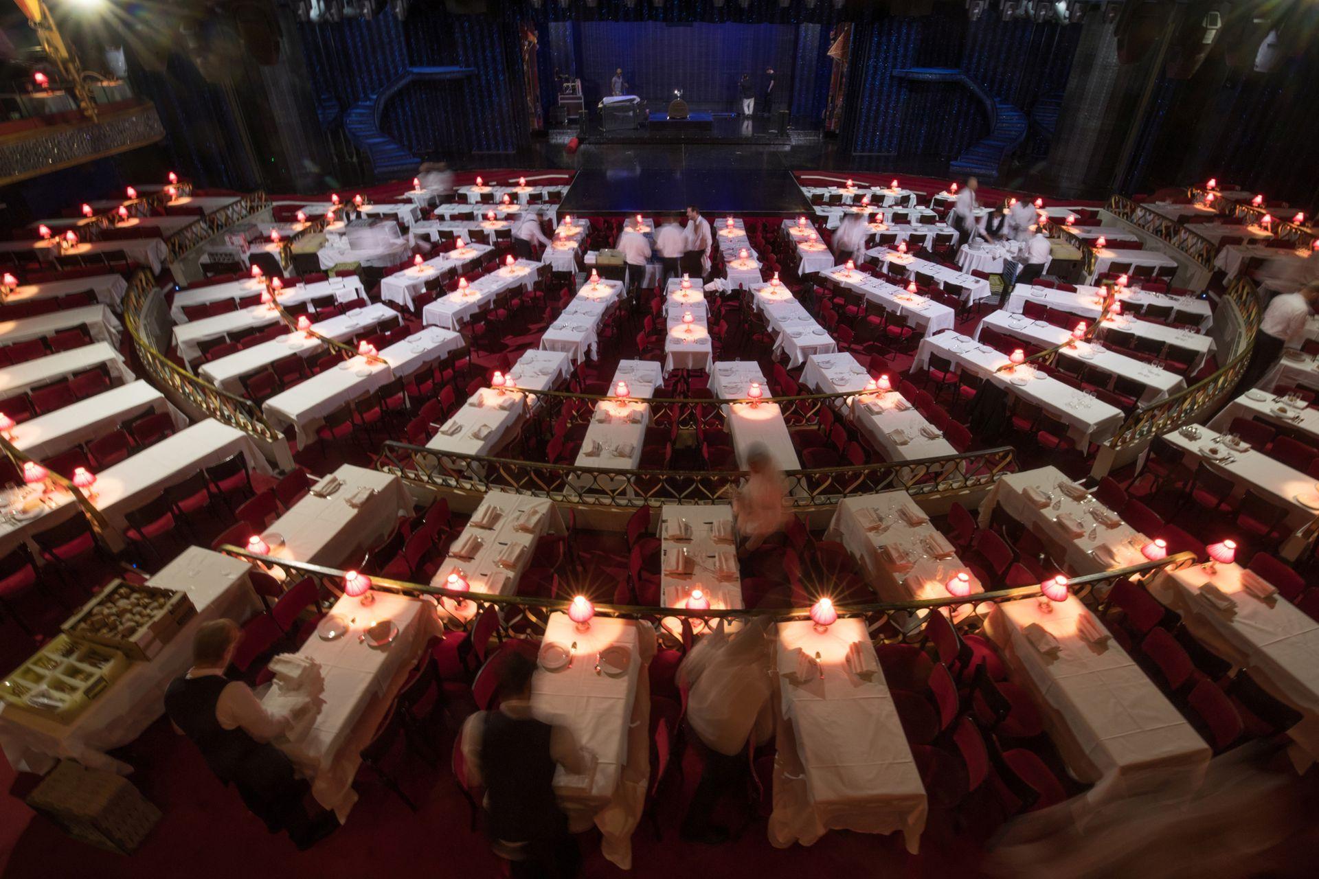 """Los camareros preparan las mesas antes del primer espectáculo de la noche de la """"Feerie"""""""