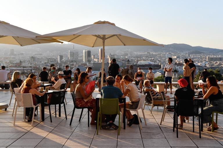 Mesas al aire libre en un bar de Barcelona