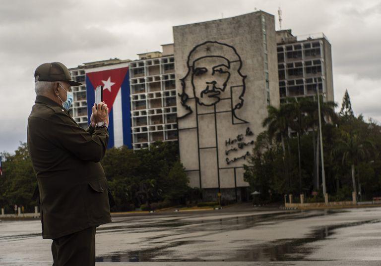 Crecen las dudas en Cuba por la muerte del sexto general en dos semanas