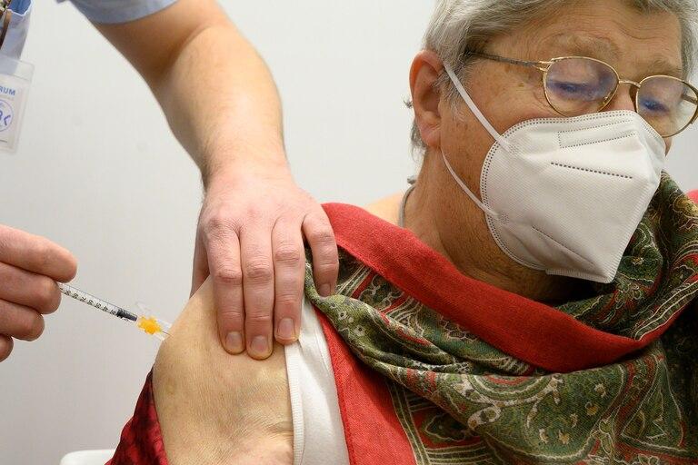 Margarete Guenther recibe la inyección con la vacuna Pfizer-BioNTech Covid-19 en el centro de vacunación corona del hospital Robert Bosch en Stuttgart, sur de Alemania, el 27 de diciembre de 2020