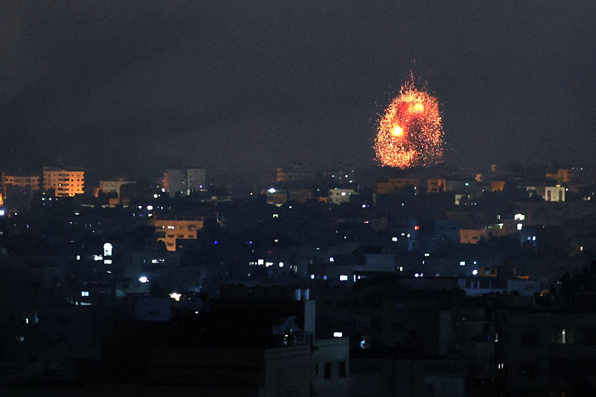 Una explosión ilumina el cielo tras un ataque aéreo israelí en Beit Lahia, en el norte de Gaza