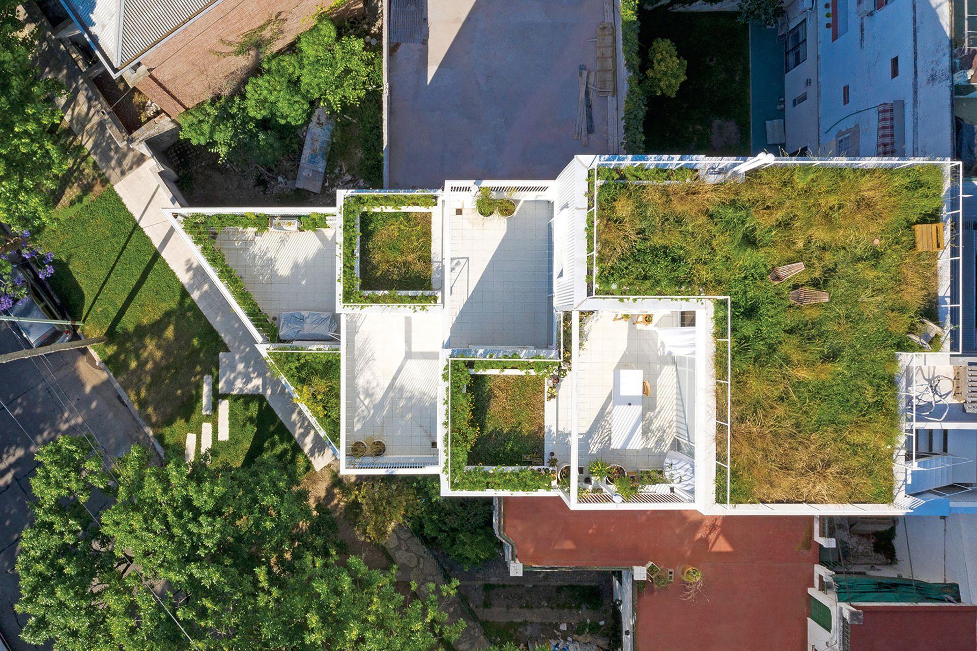 Desde arriba, se percibe un juego de jardines y terrazas que traen el verde a metros de la vida cotidiana.