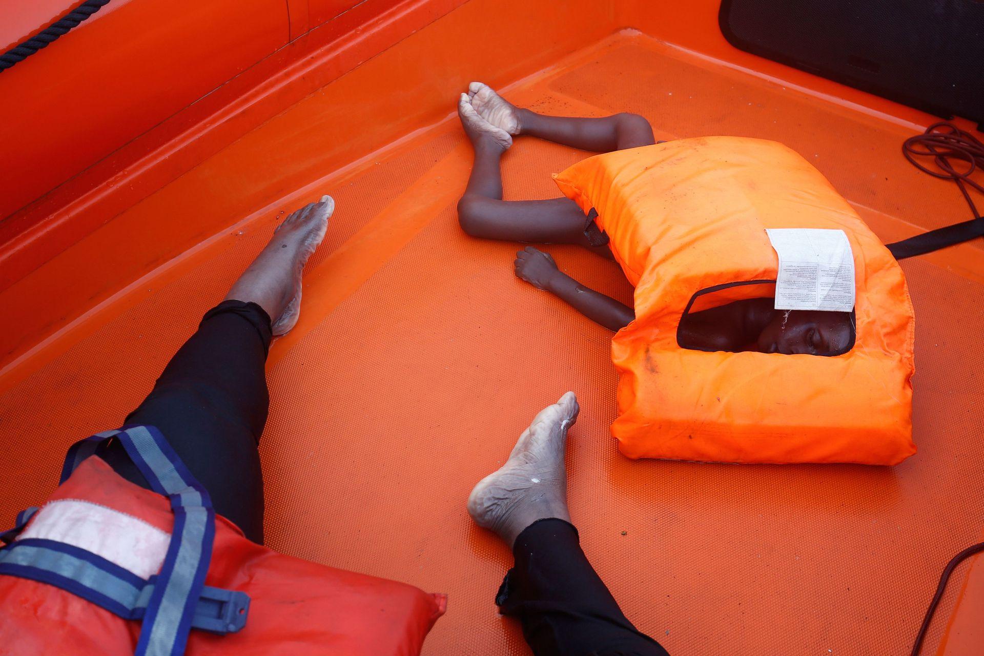 Los cuerpos de una mujer y un chico rescatados a 85 millas de las costas de Libia