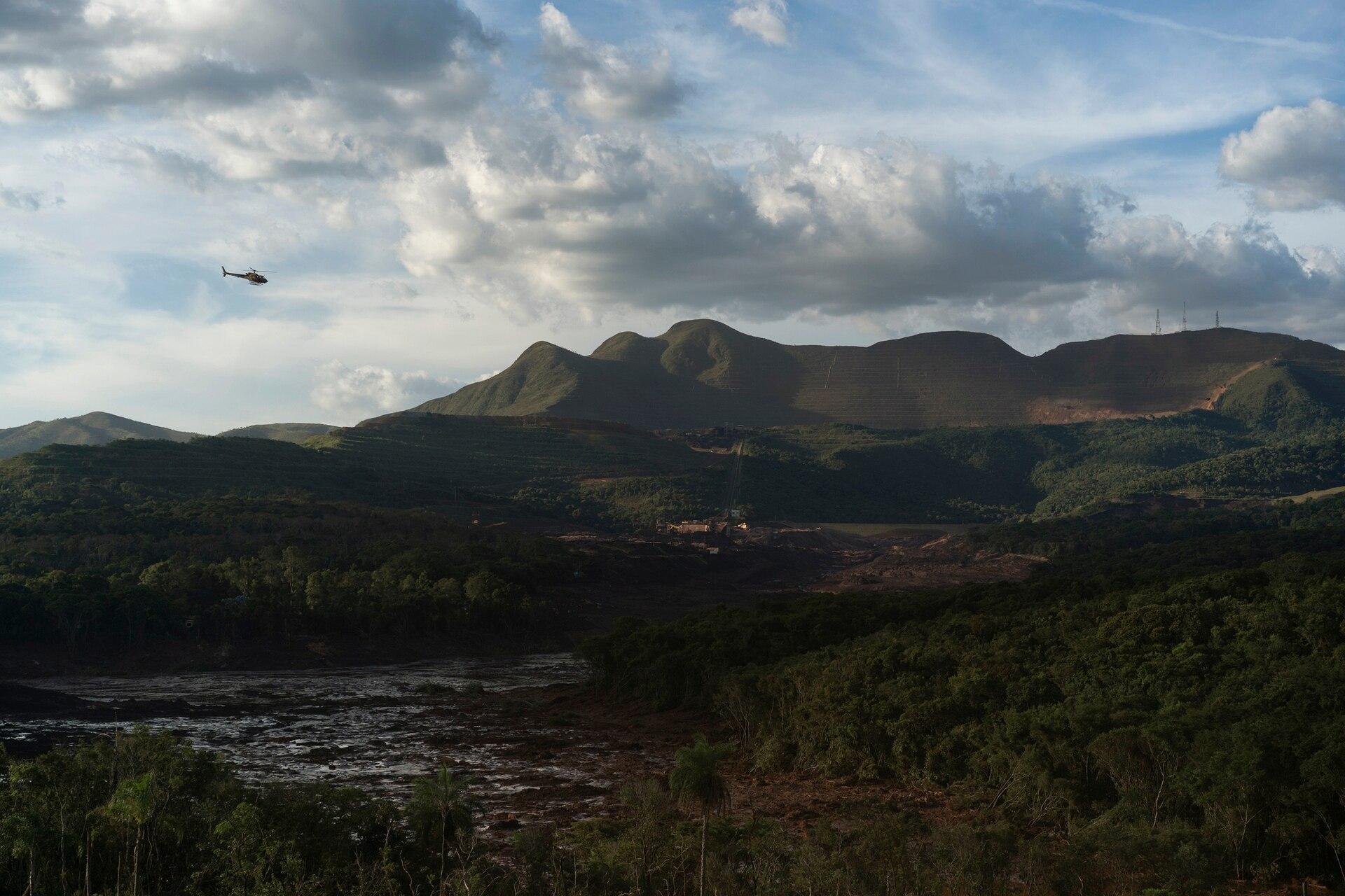 Miembros de la operación de rescate sobrevuelan el sitio donde se derrumbó una presa hace dos días, junto a la represa B6 que también tenía una alerta de colapso, en Brumadinho, Brasil, el 27 de enero. Las autoridades evacuaron varios vecindarios en la ciudad sureste de Brumadinho que estaban dentro