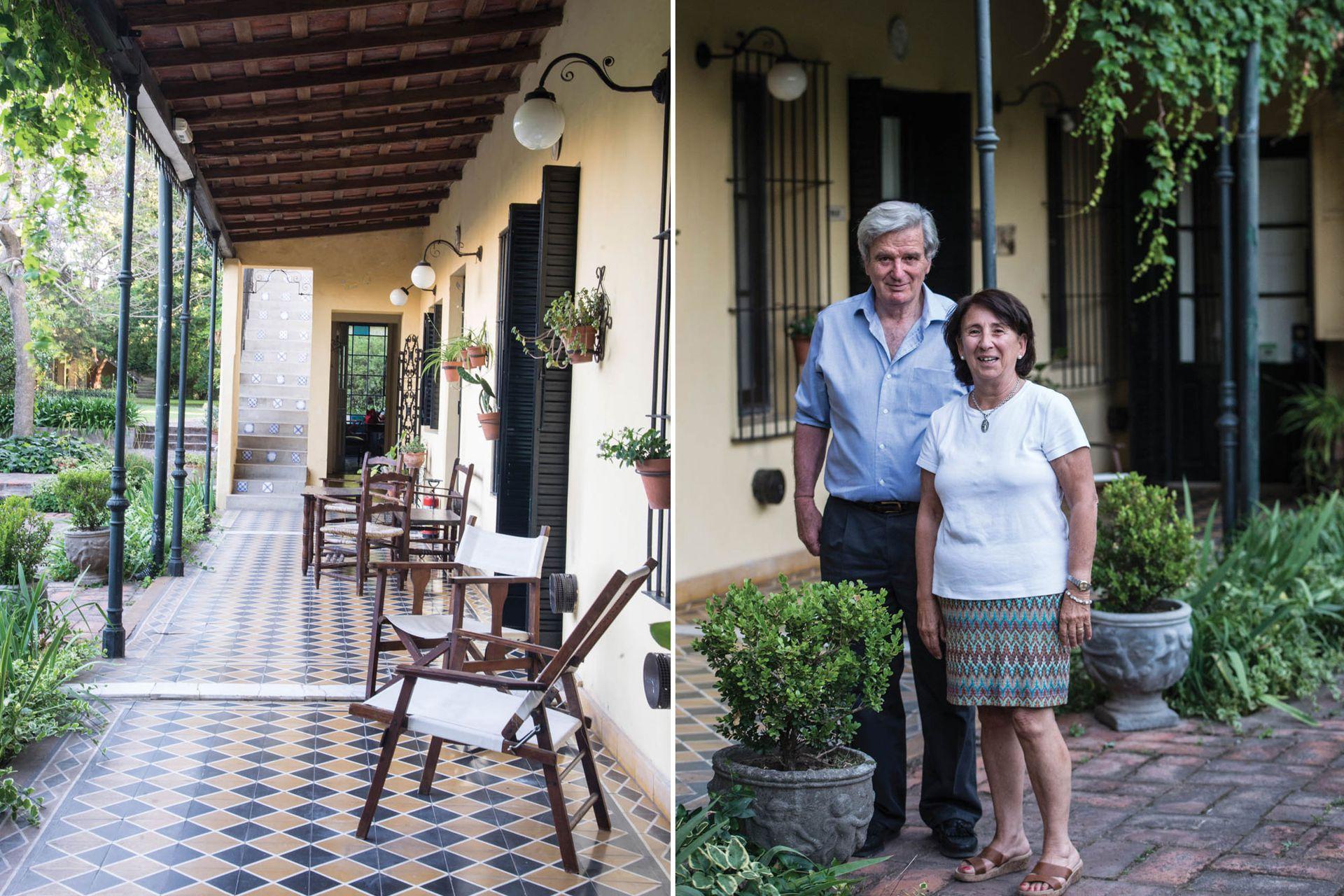 Izquierda: la galería conserva los pisos calcáreos de fin de siglo XIX. Derecha: Ricardo e Isabel reciben a los turistas, en su mayoría extranjeros.