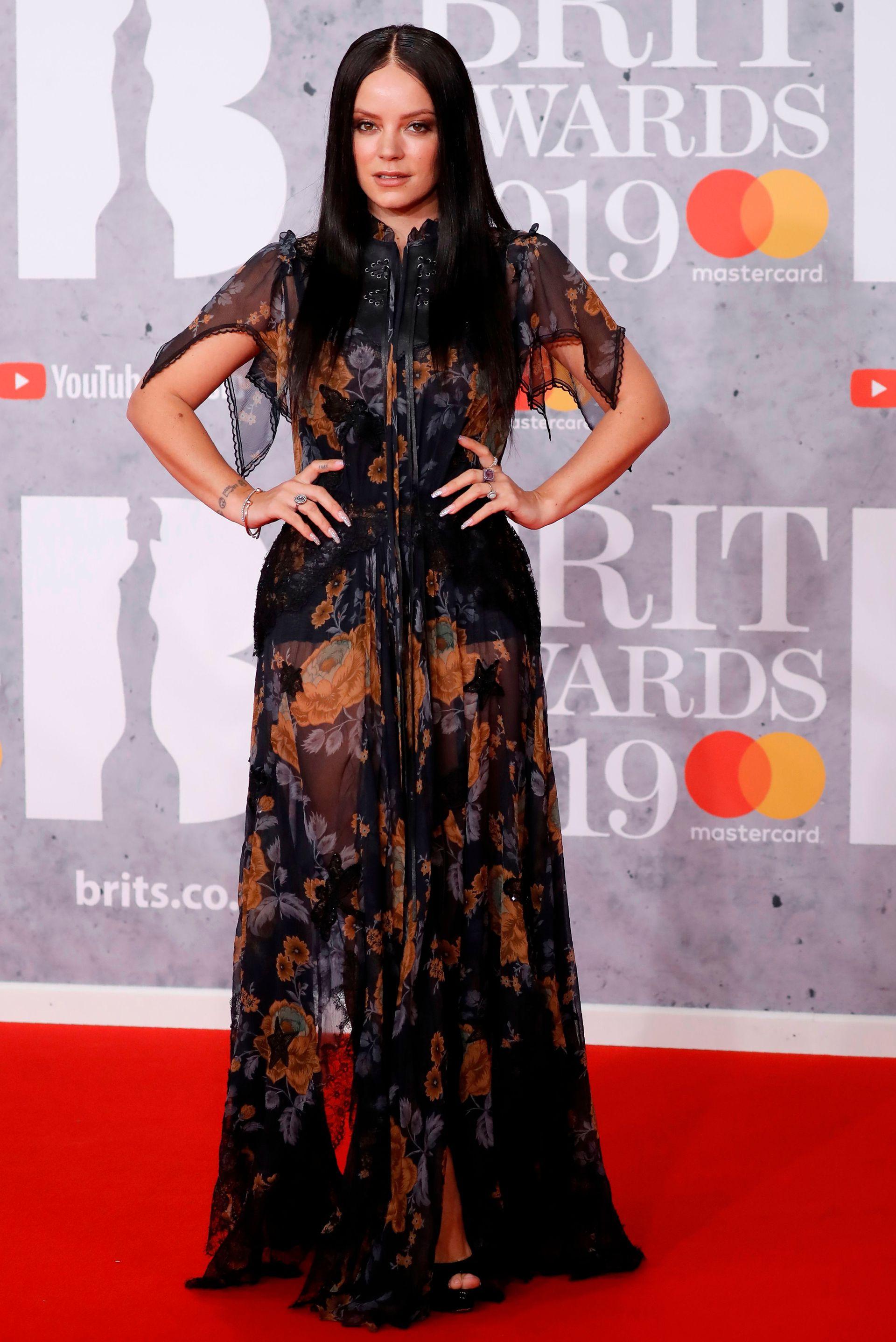 Lili Allen, con un estilo muy Morticia Adams. El diseño de su vestido es de Coach, en negro, con un estampado floral