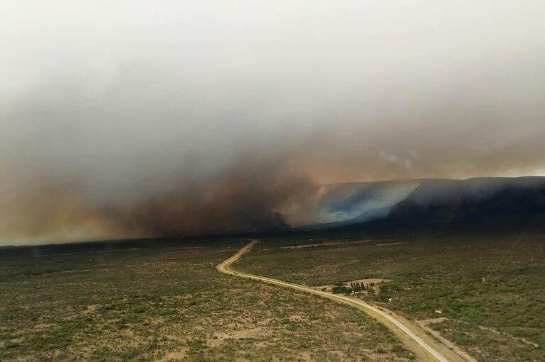 Brigadistas y bomberos trabajan para apagar un incendio entre Papagayos y Villa Larca: cortan la ruta N° 1