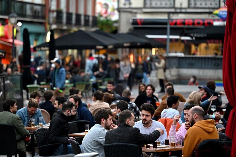 La gente se sienta en la terraza de un bar en Madrid el 12 de marzo de 2021