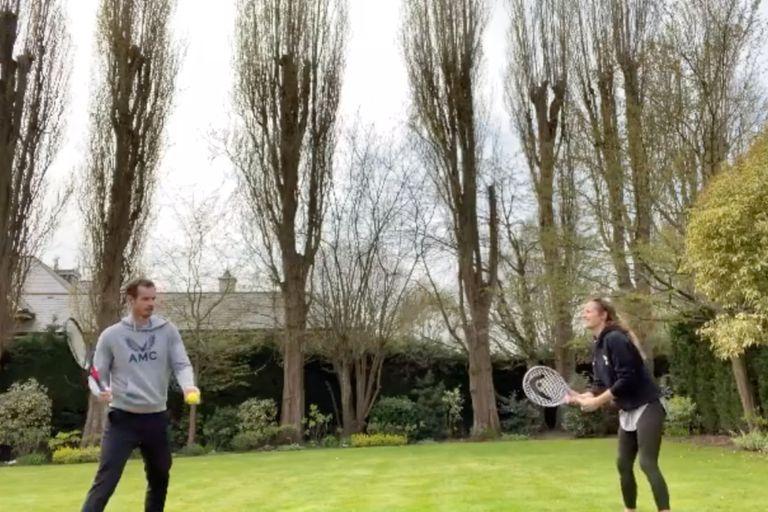 Murray y su esposa practicando un challenge de tenis en plena cuarentena. Crédito: Instagram