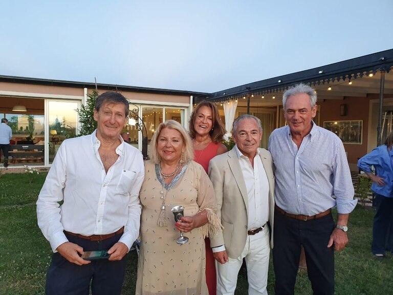 Elisa Carrió en su casa de Capilla del Señor, junto a Pablo Torello (Pro), Marcela Campagnoli (CC-ARI), Atilio Benedetti y Mario Barletta (ambos de la UCR)
